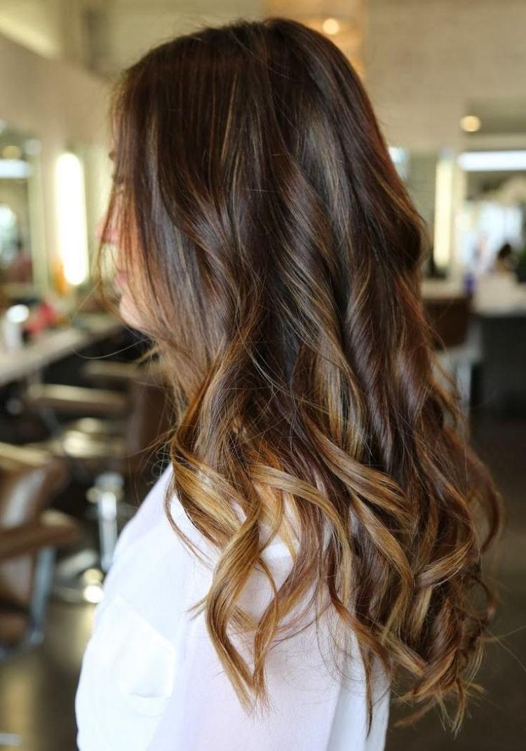 Balayage blond sur brune quelle coupe choisir - Balayage gris sur brune ...